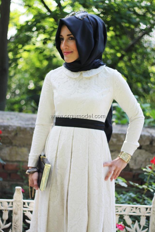beyaz-dantelli-siyah-belden-kuşaklı-en-şık-tesettürlü-elbise-modeli